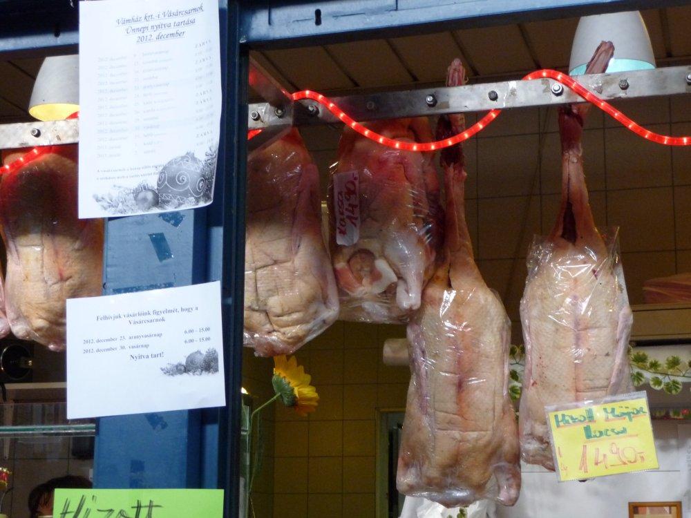 Frischgeflügel in der Markthalle Budapest