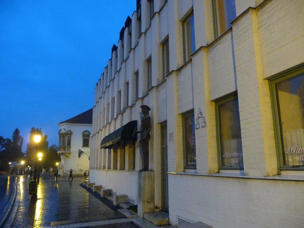 Burghotel Budapest, Fassade beiDämmerung