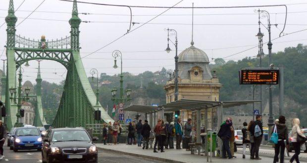 Verkehr an der Szabadság híd BudapestVerkehr an der Szabadság híd Budapest