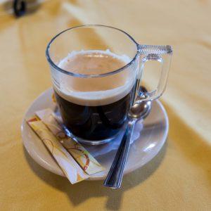 Hosszú kávé im Kaffeeglas in der Csikós Csárda