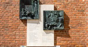 Bronzetafeln am Martineum in Szombathely