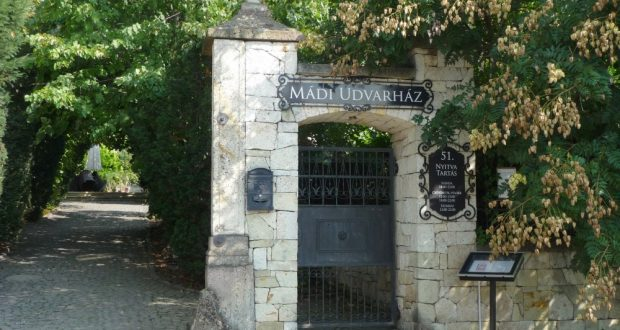 Gusteau Kulináris Étterem in Mád, Eingangsportal