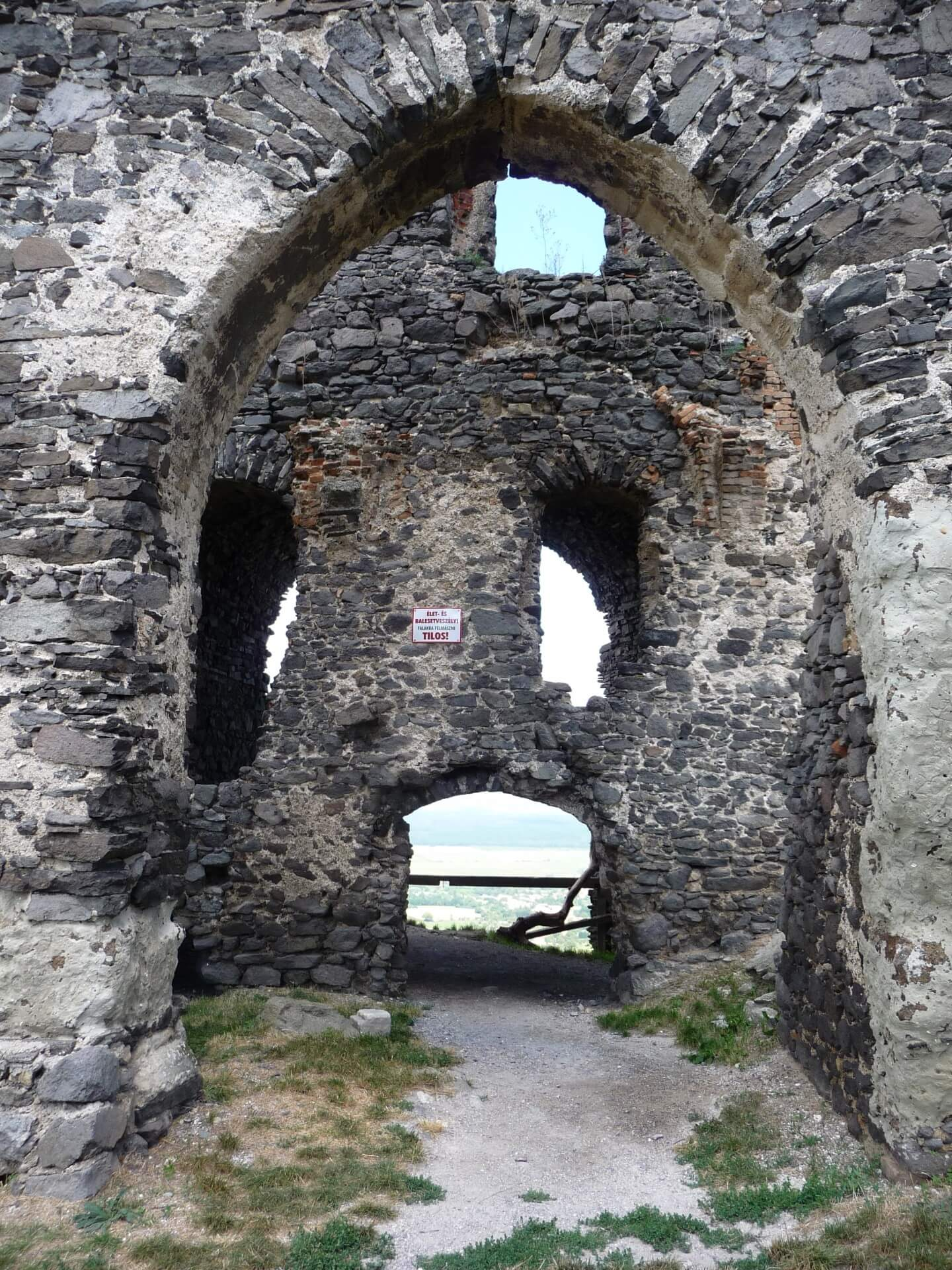Ruine der Burg Somló, Mauern