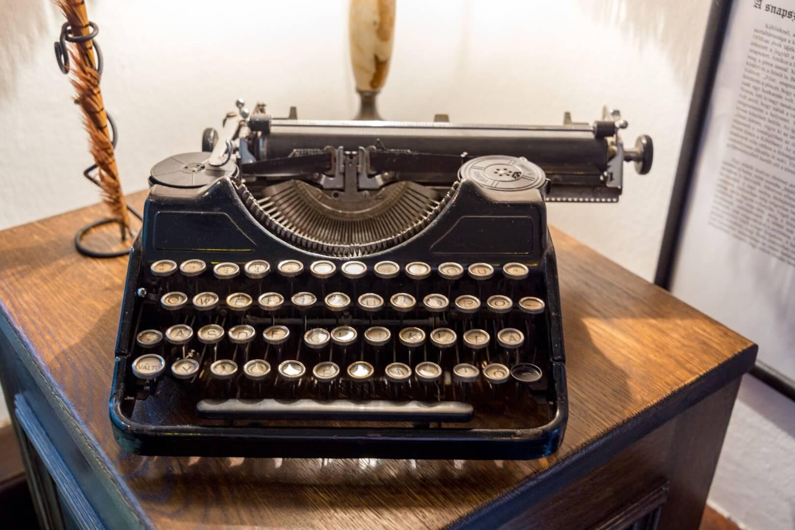 Alte Schreibmaschine im Kéhli Vendéglö