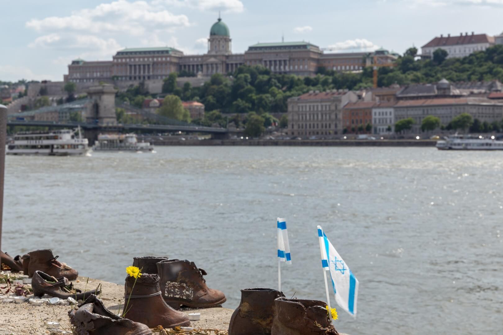 Schuhe an der Donau, Blick über den Fluss