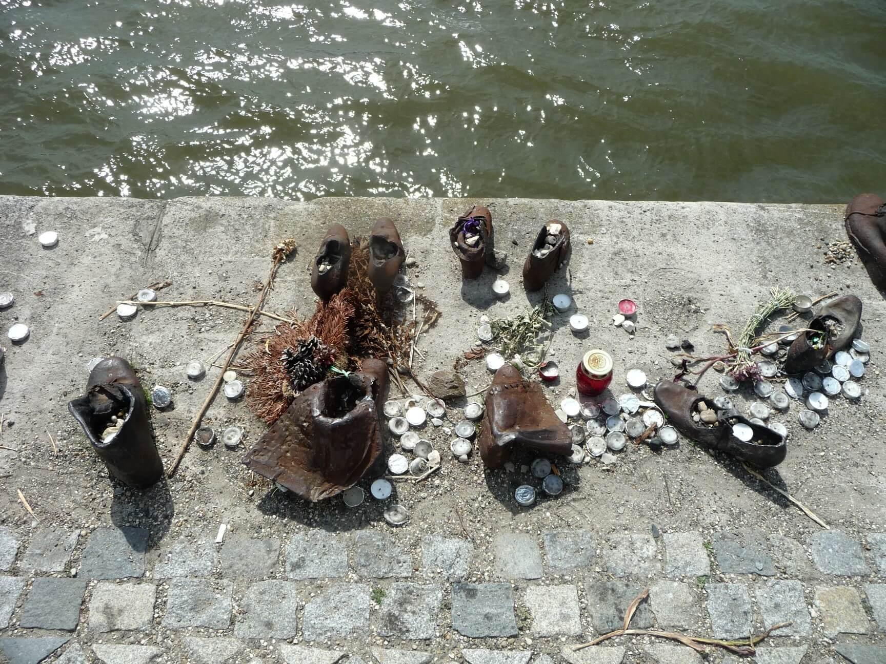 Schuhe an der Donau, Kerzen