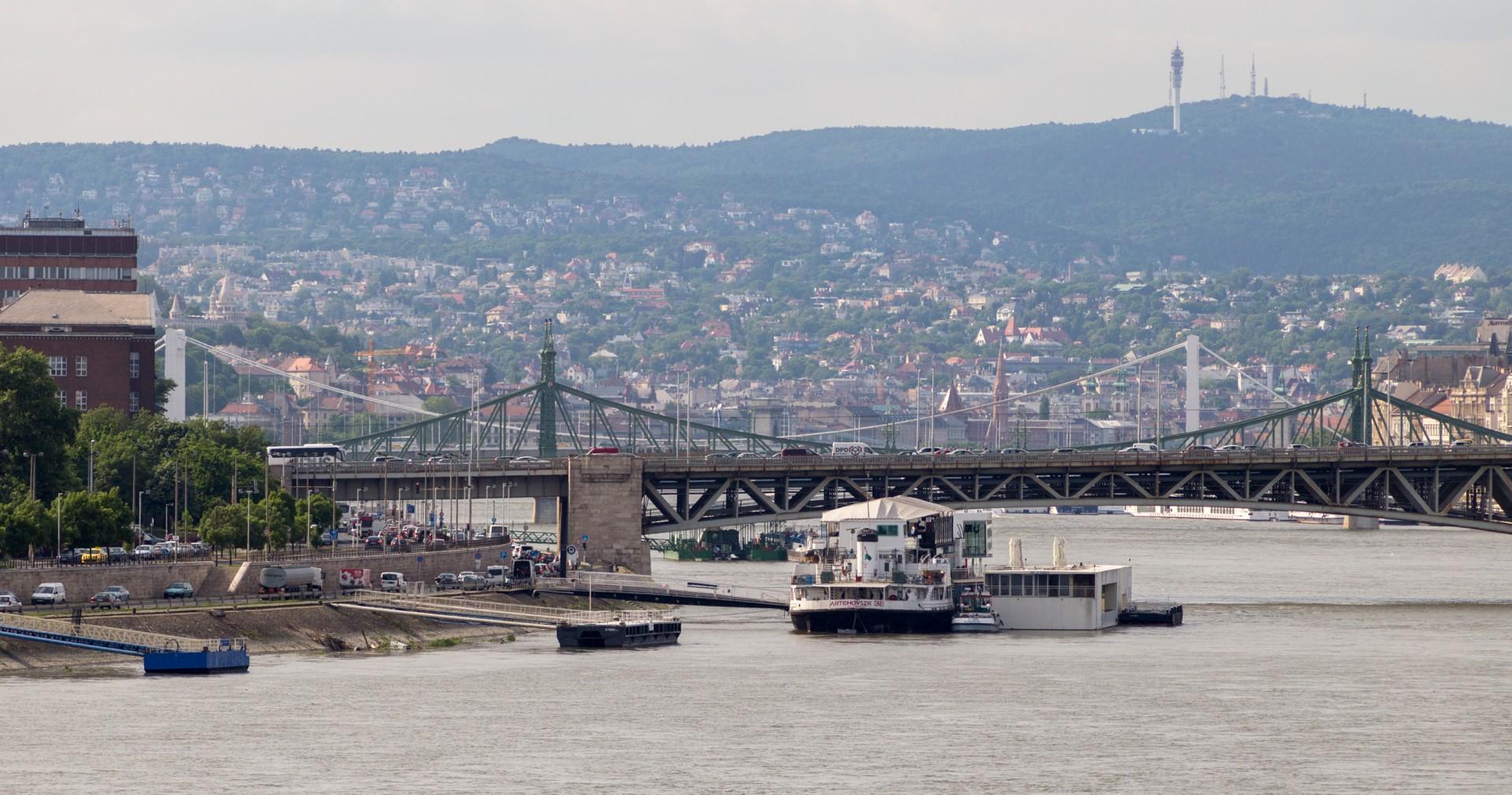 Petöfi, Szabadság und Erszebet híd von der Rakoczi hid aus gesehen