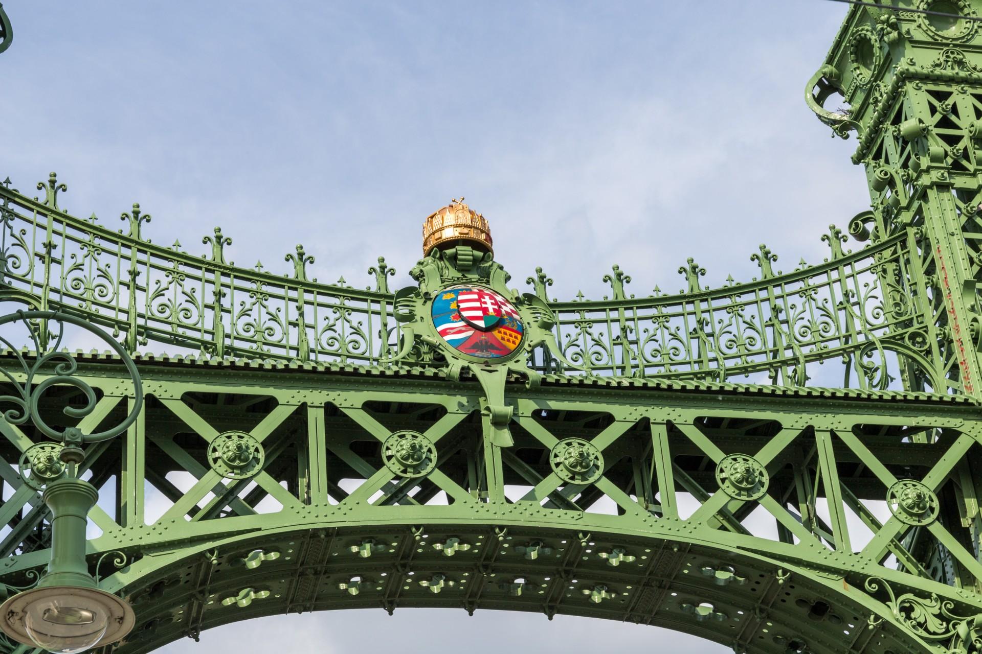 Wappen und Stephanskrone an der Freiheitsbrücke (Szabadság híd)