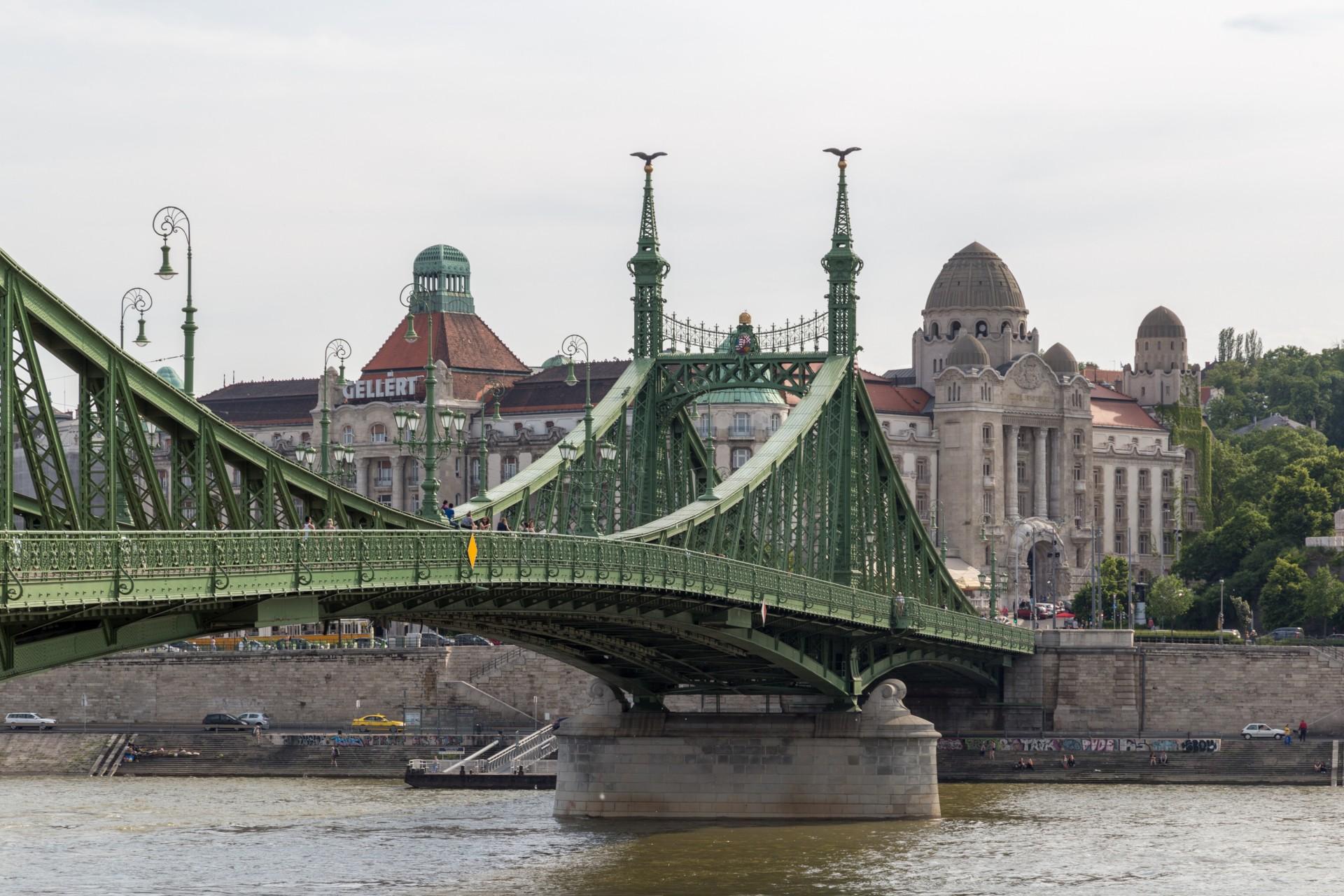 Freiheitsbrücke (Szabadság híd) und Hotel Gellért Budapest