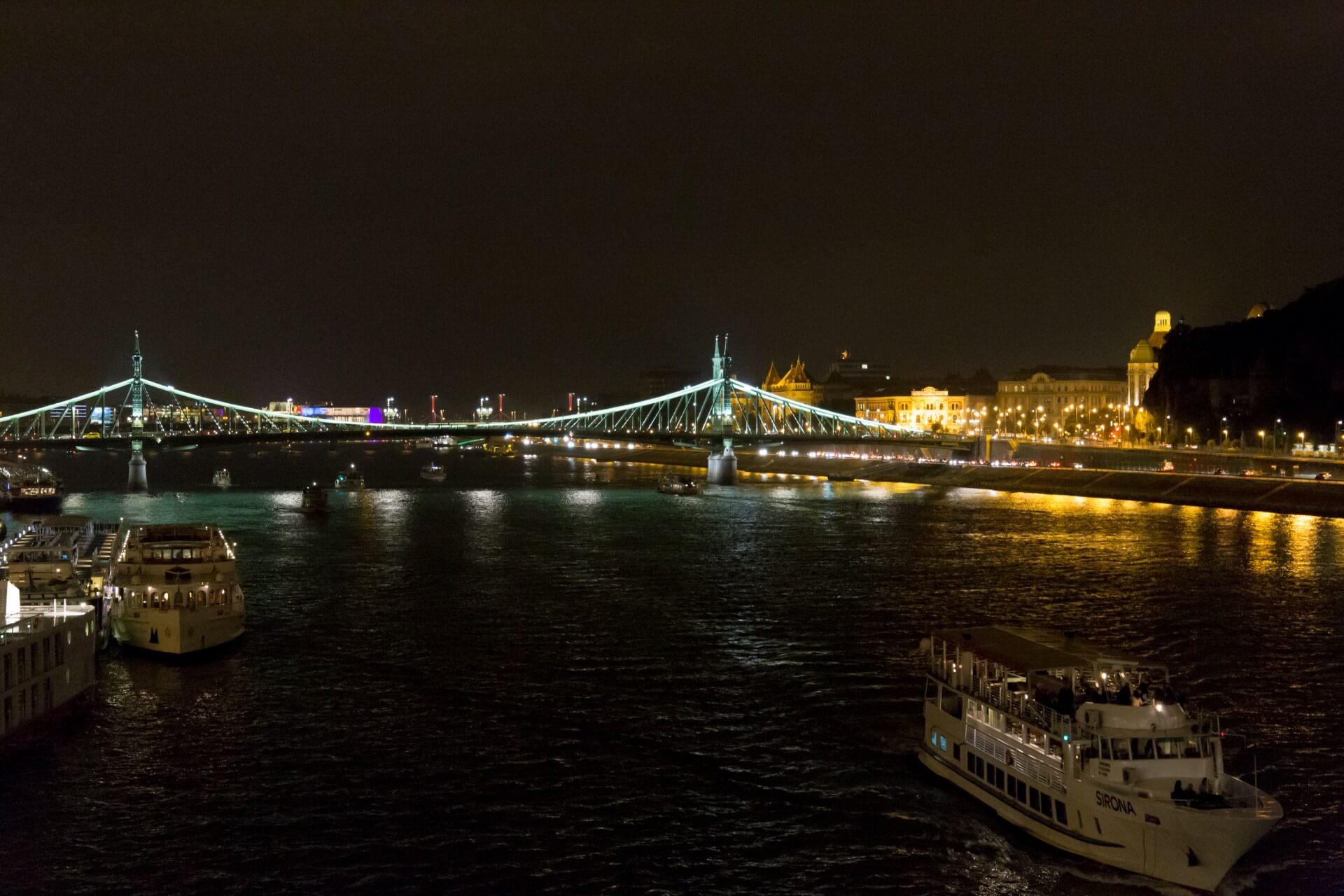 Die grüne Freiheitsbrücke des nachts