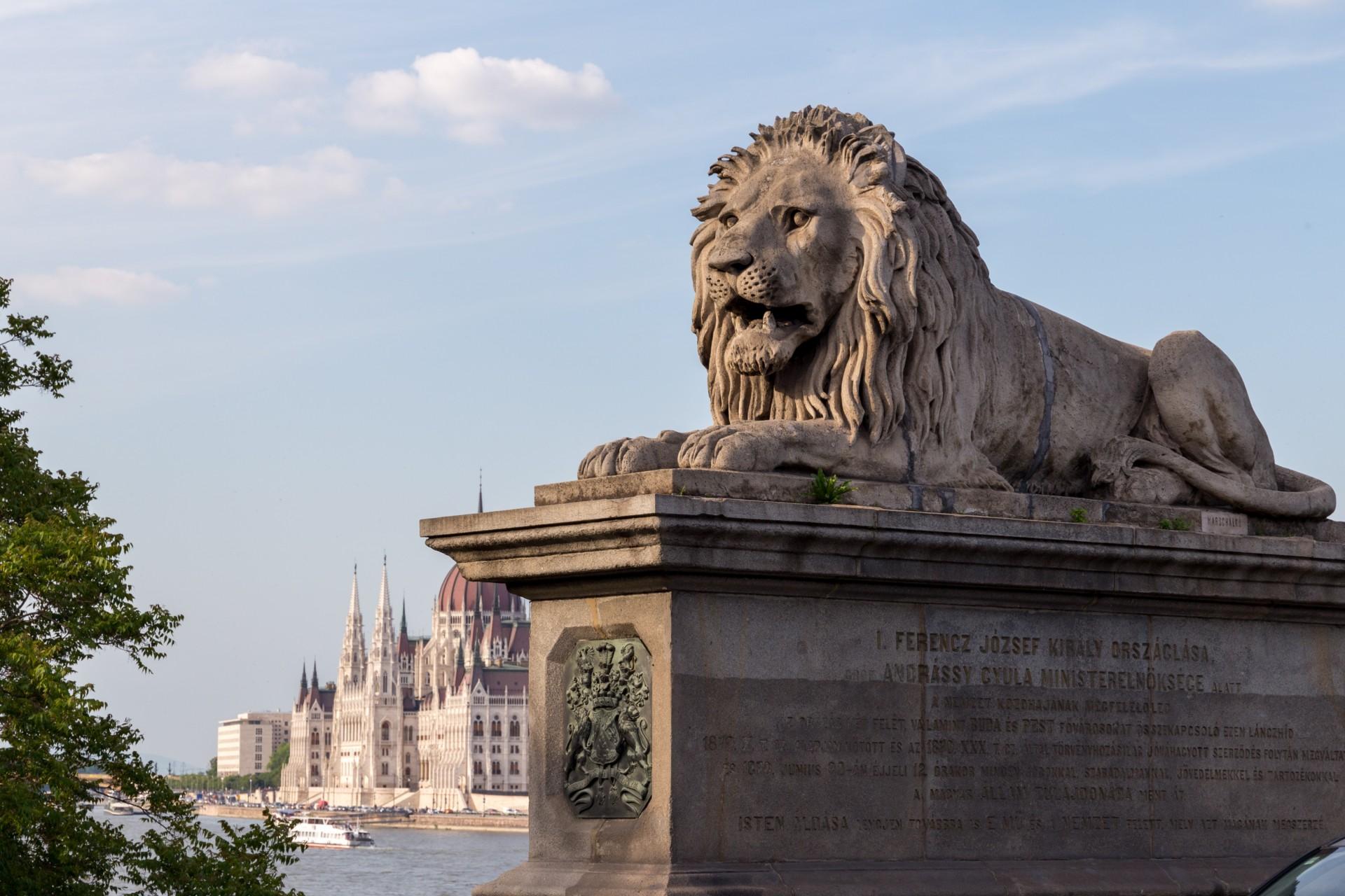 Kettenbrücke und Parlament Budapest
