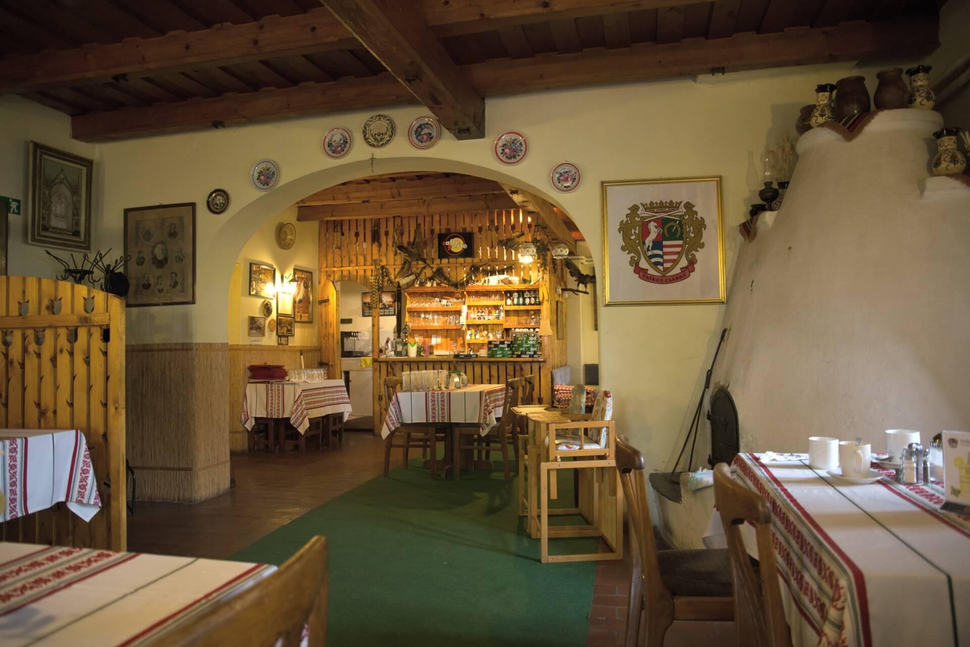 Im Gastraum der Patkós Csárda Tiszafüred