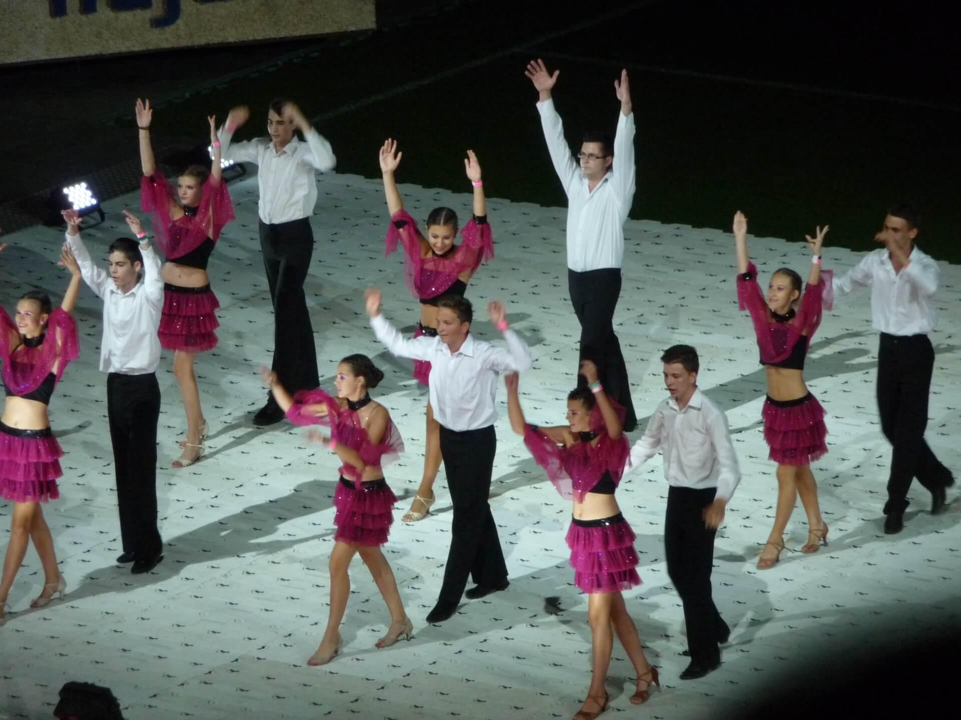 Blumenkarneval Debrecen, Tanzgruppe im Stadion