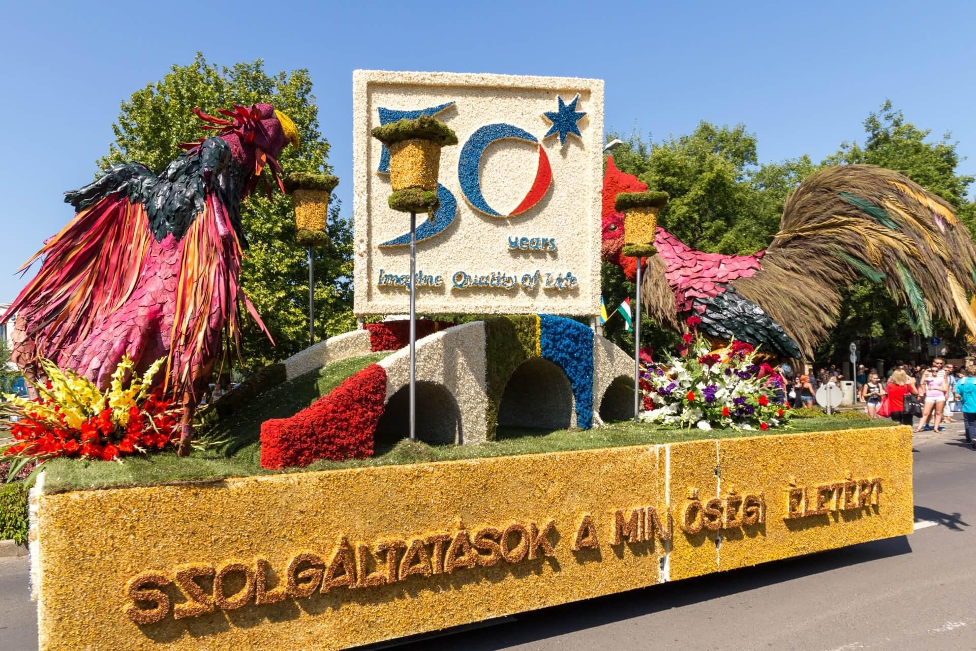Blumenkarneval Debrecen, Wagen mit Hahn