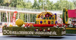 Blumenkarneval Debrecen, Wagen mit Stephanskrone
