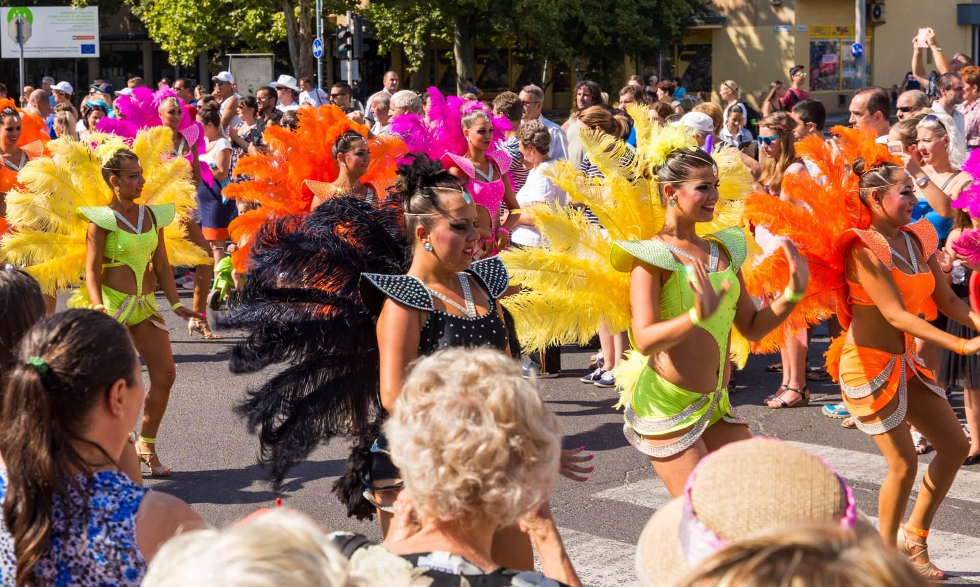 Blumenkarneval Debrecen, spanische Samba-Gruppe