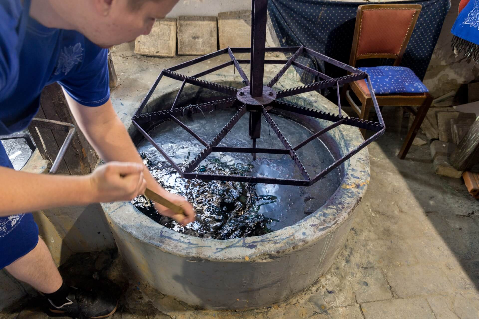 Indigo-Bottich beim Blaufärber in Tolna