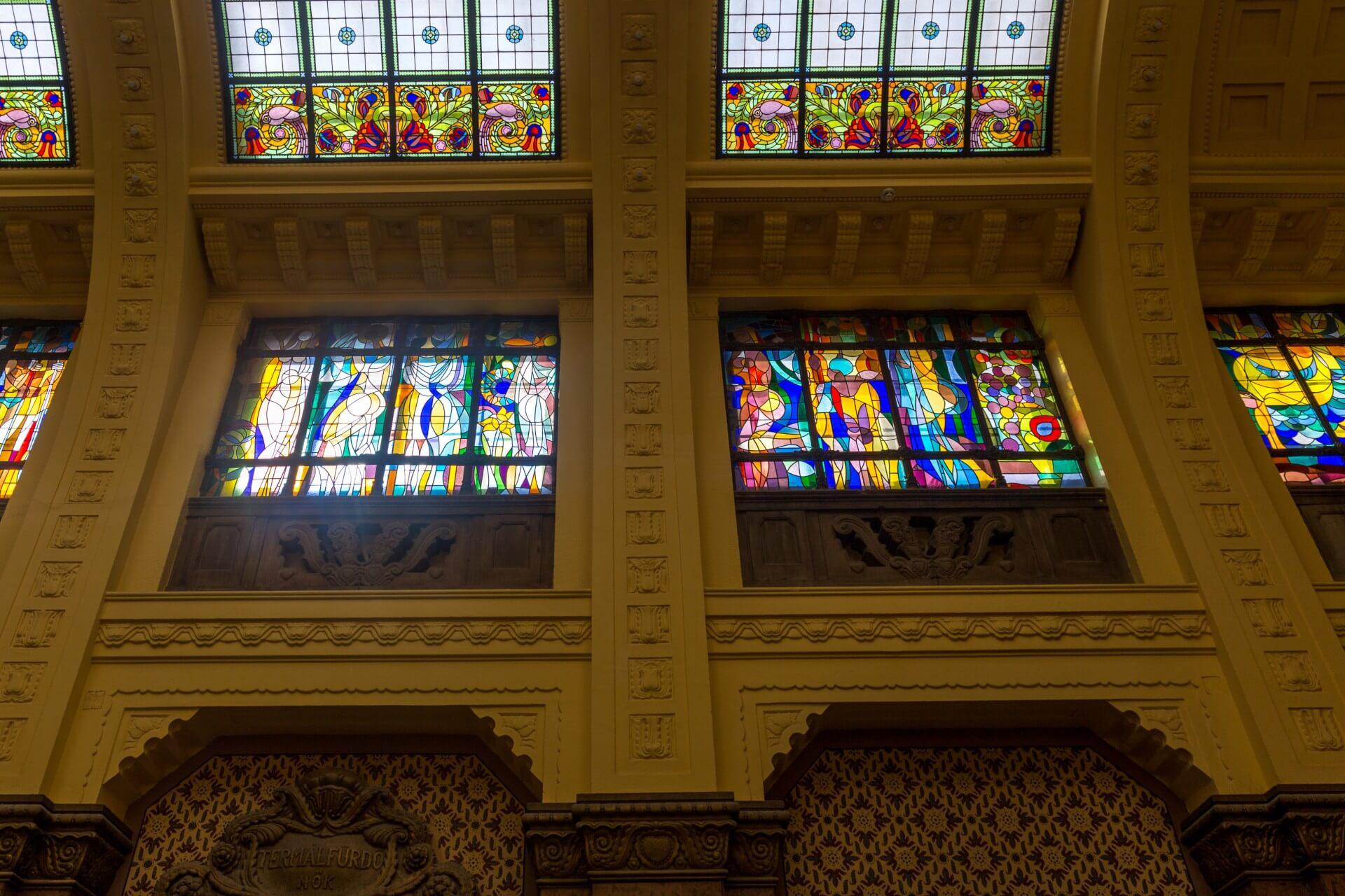 Künstlerische Glasfenster im Foyer des Gellertbades