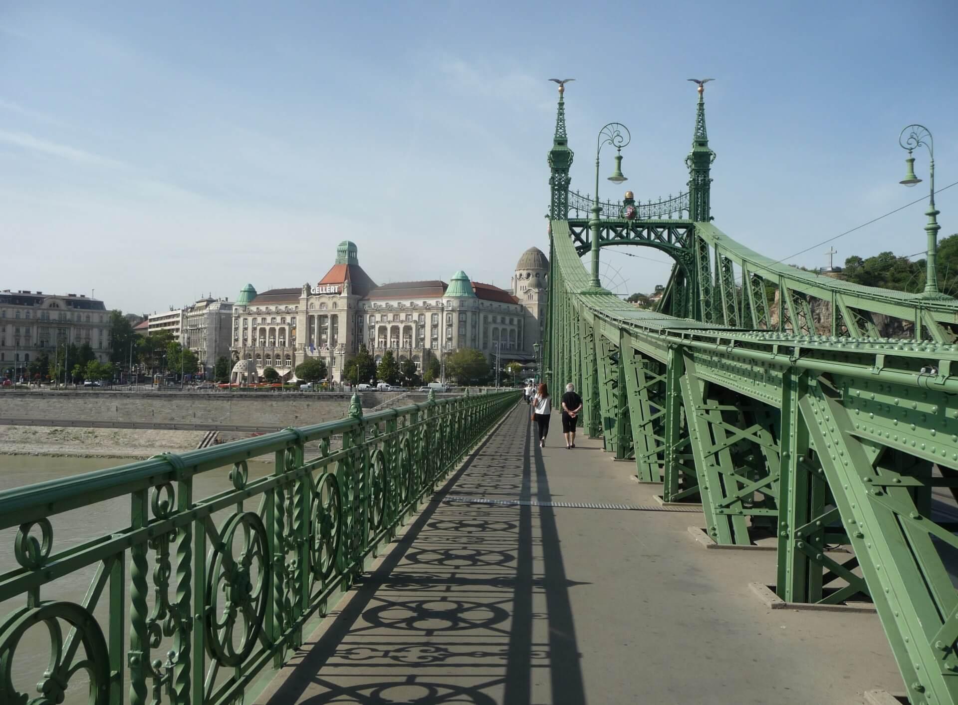 Hotel Gellért von der Freiheitsbrücke aus