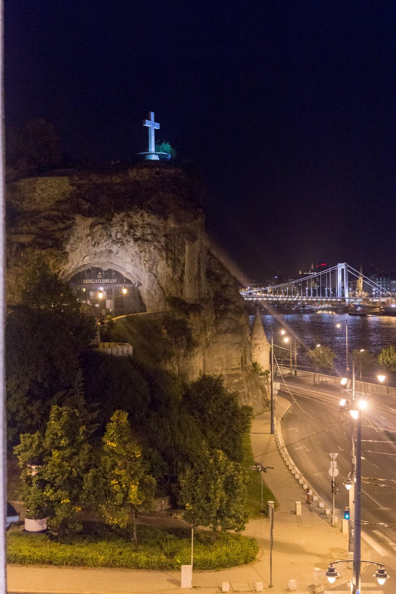Blick zu Felsenkirche und Erszebét híd vom Zimmer im Hotel Gellért