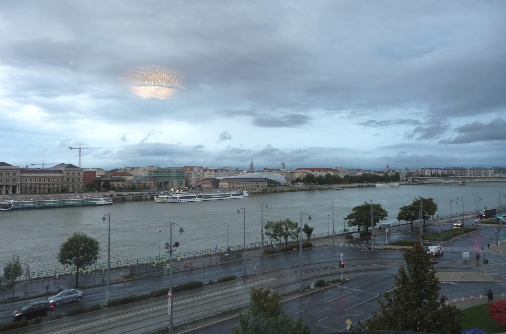 Morgendlicher Blick über die Donau vom Zimmer im Gellért