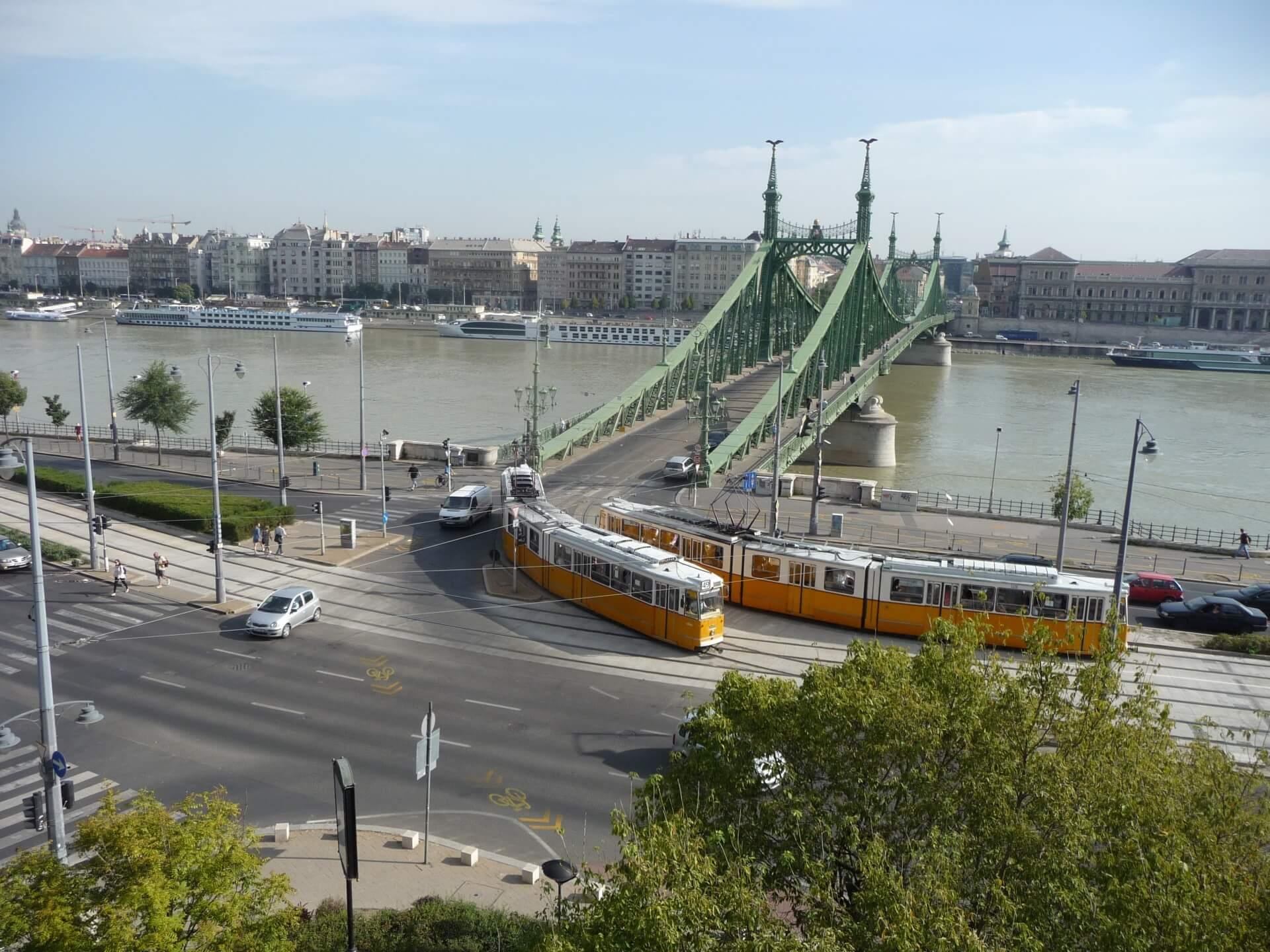 Freiheitsbrücke und Donau am Morgen vom Gellért aus gesehen