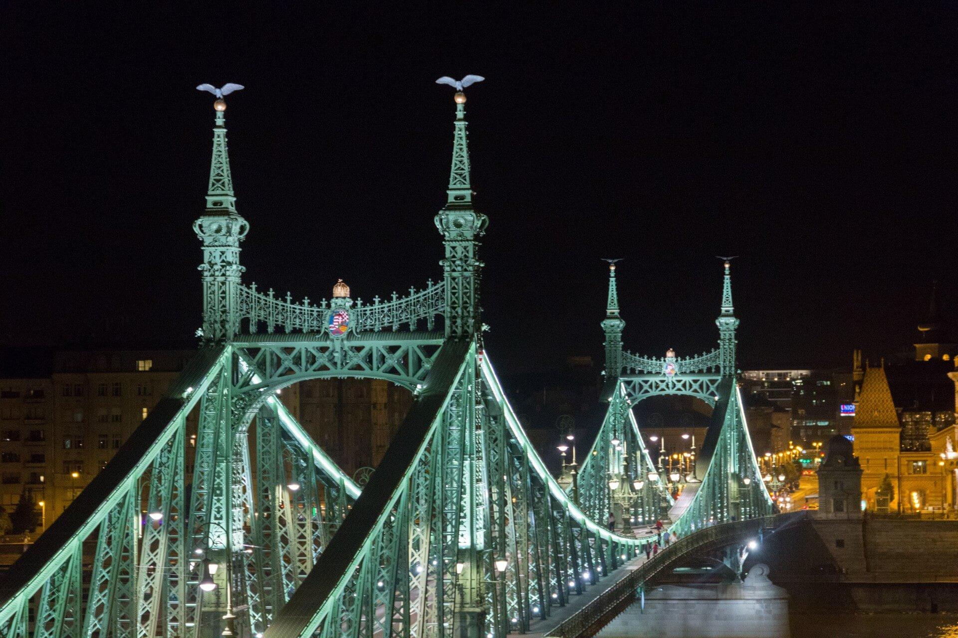 Freiheitsbrücke (Szabdság híd) mit Turul