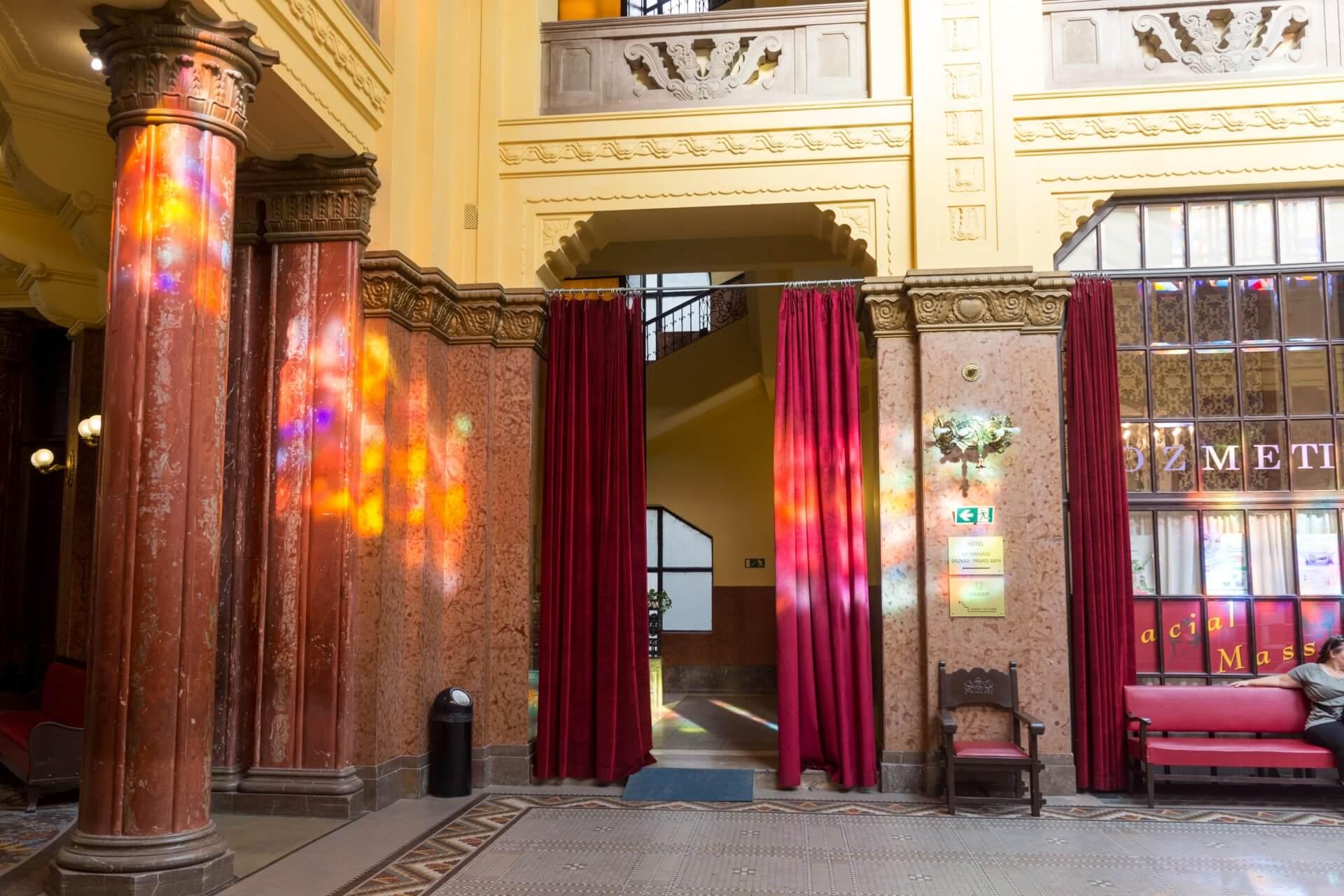 Farbspiel im Foyer vom Gellért-Bad