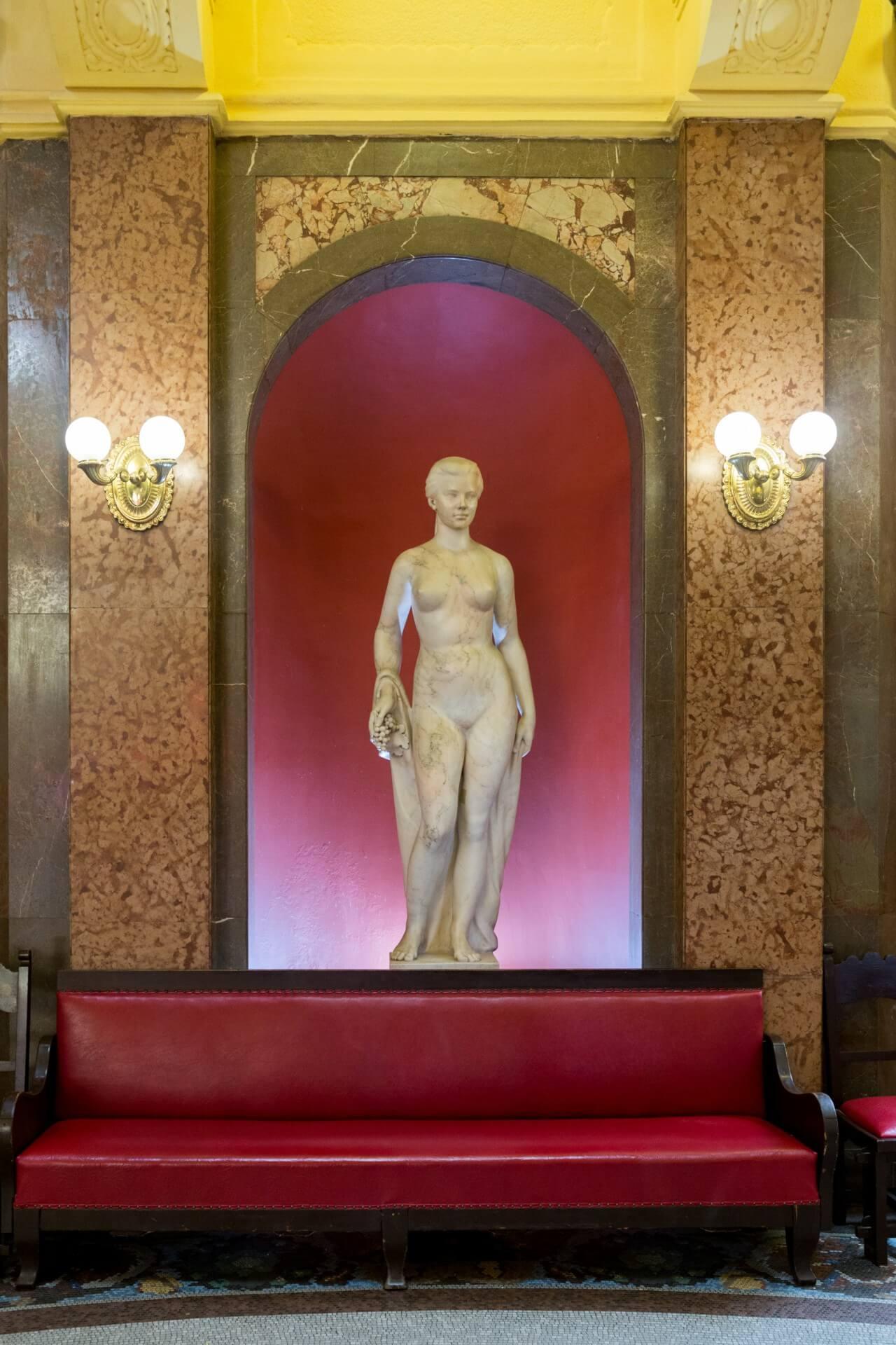 Skulptur im Foyer des Gellertbades