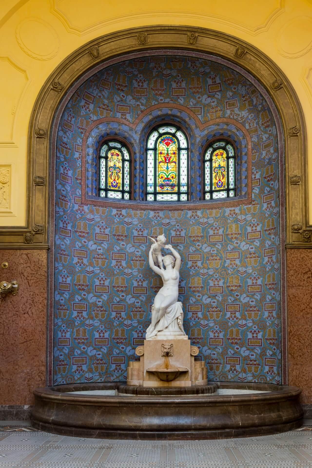"Statue ""Venus & Amor"" im Gellért-Bad"