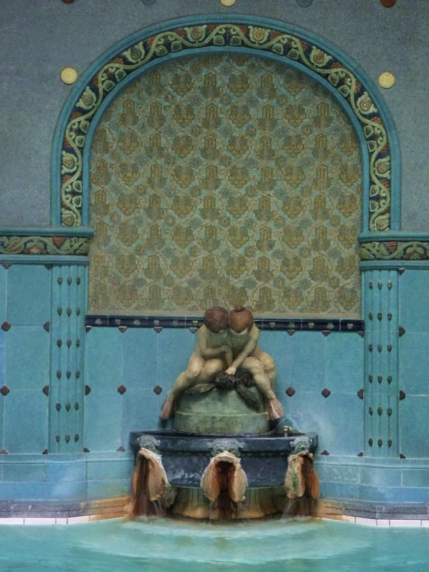 Figuren am Thermalbecken im Gellértbad