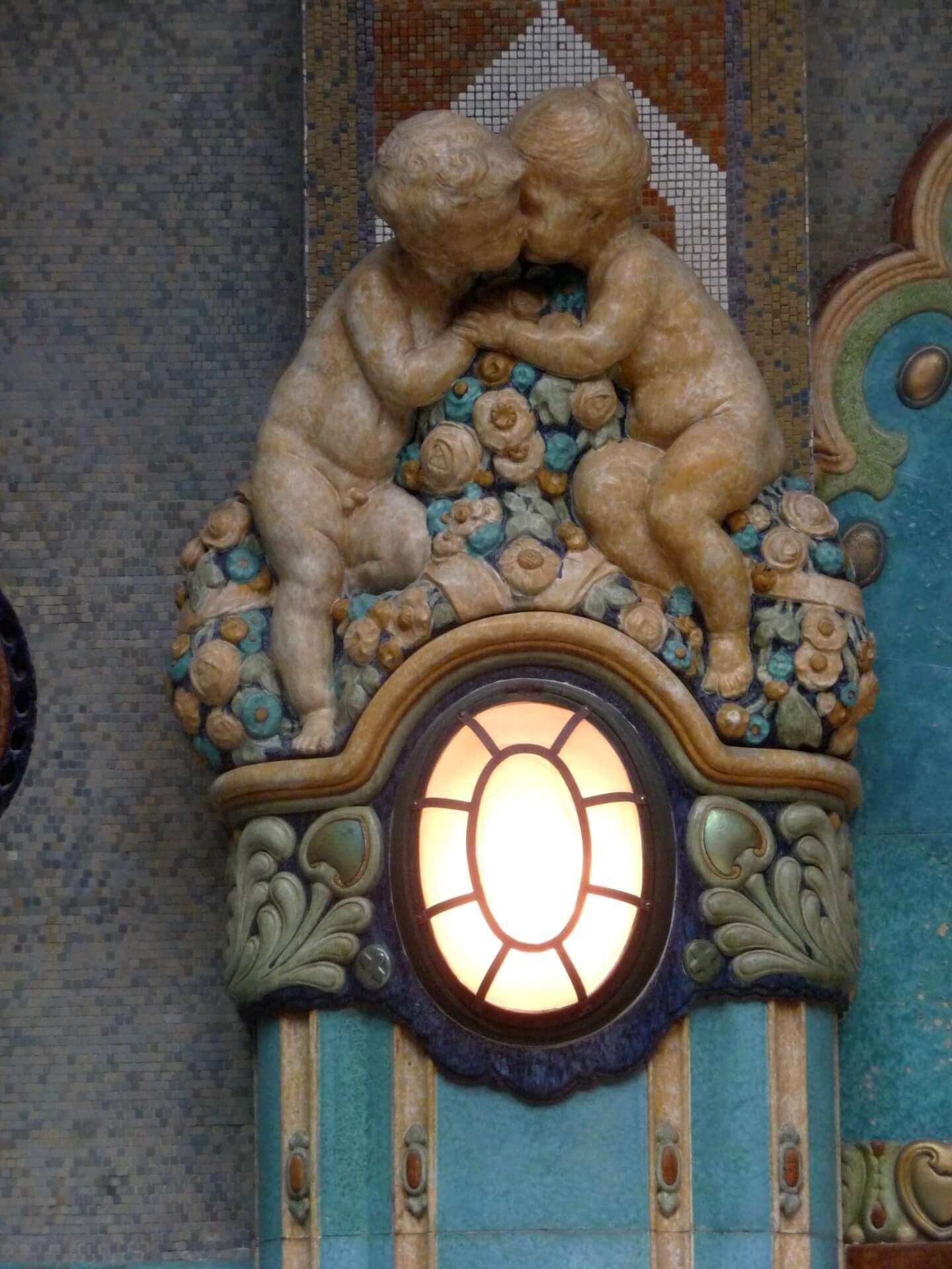 Säulenskulptur im Thermalbereich des Gellertbades Budapest