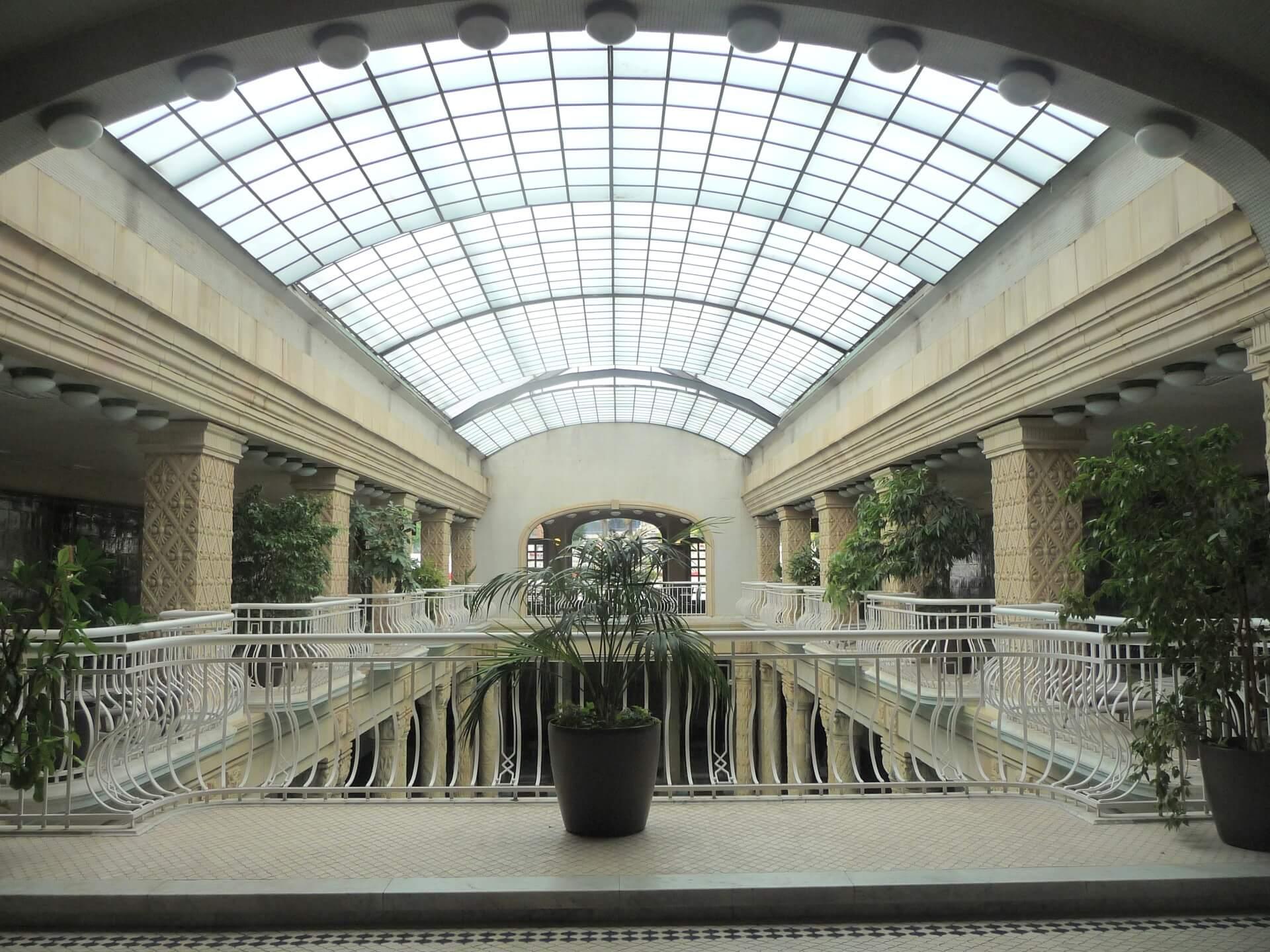 Empore und Dach am Schwimmbecken im Gellért-Bad