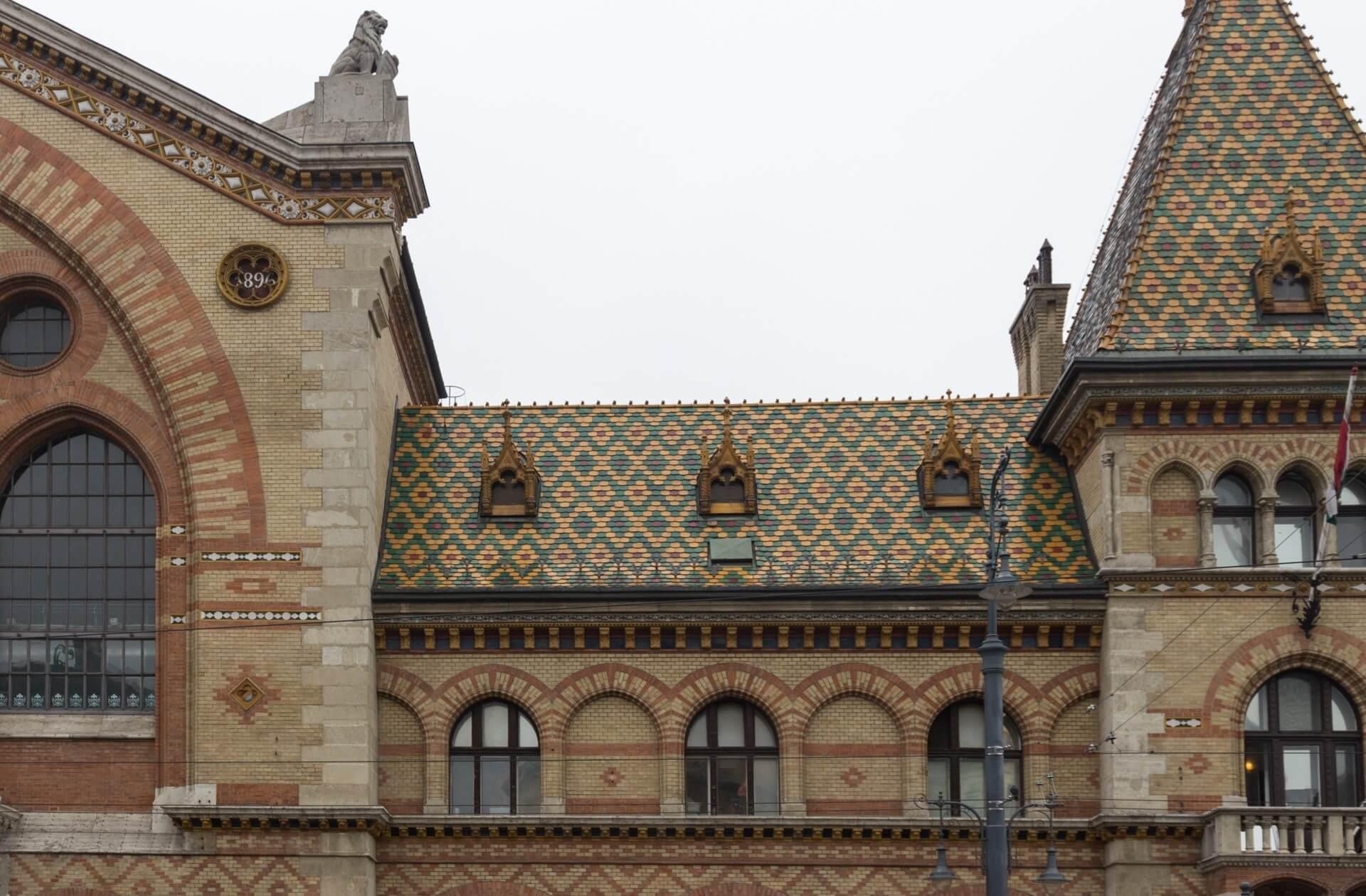 Markthalle Budapest, Dachziegel aus Zsolnay-Keramik