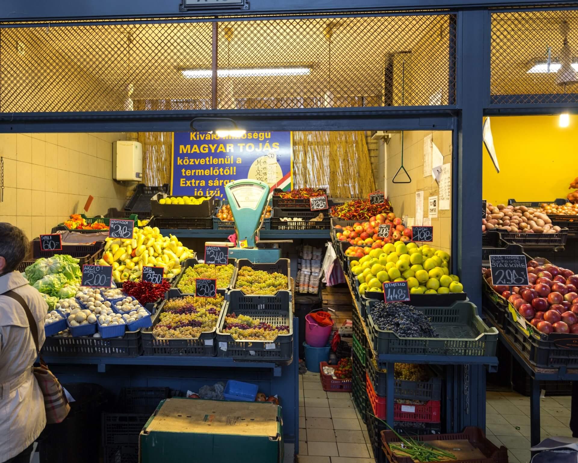 Typischer Gemüsestand in der Markthalle Budapest