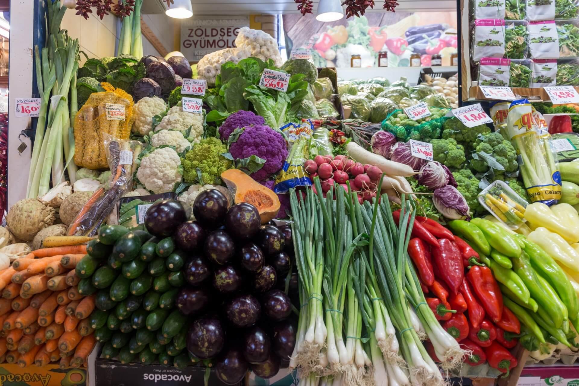 Aufgetürmtes Gemüse in der Markthalle Budapest