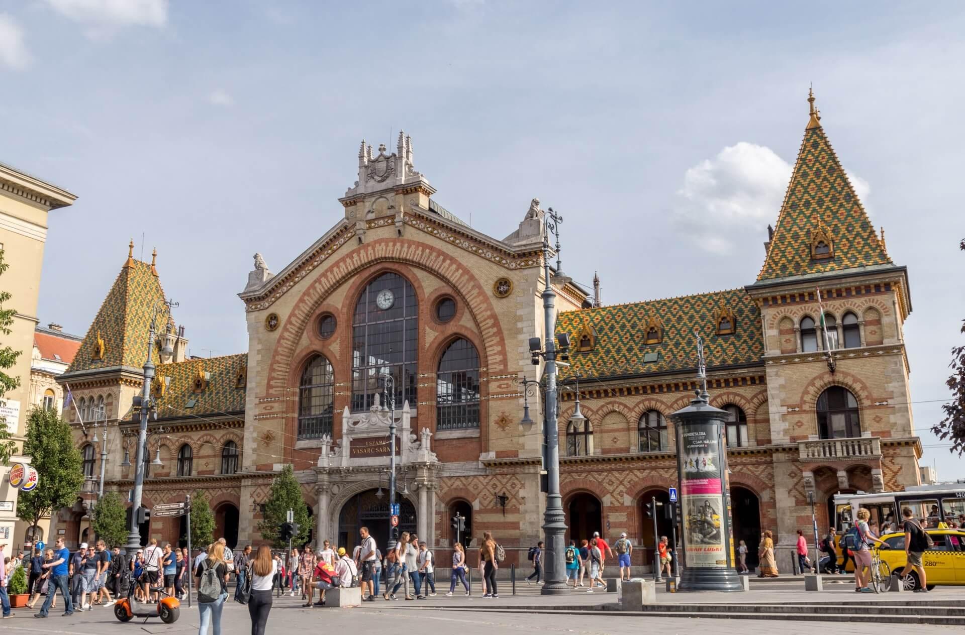 Markthalle Budapest, Fassade