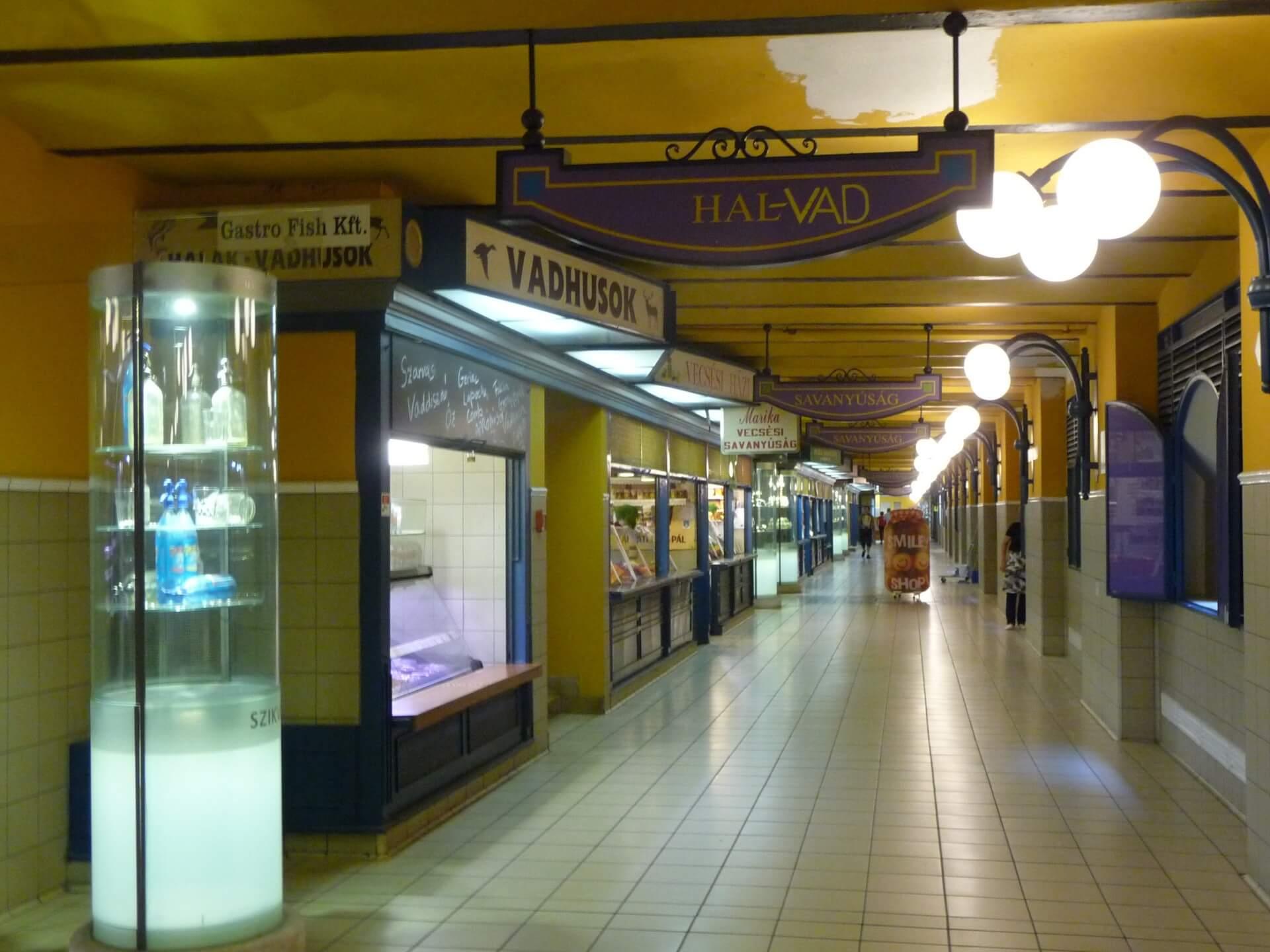 Im Untergeschoss der Markthalle Budapest
