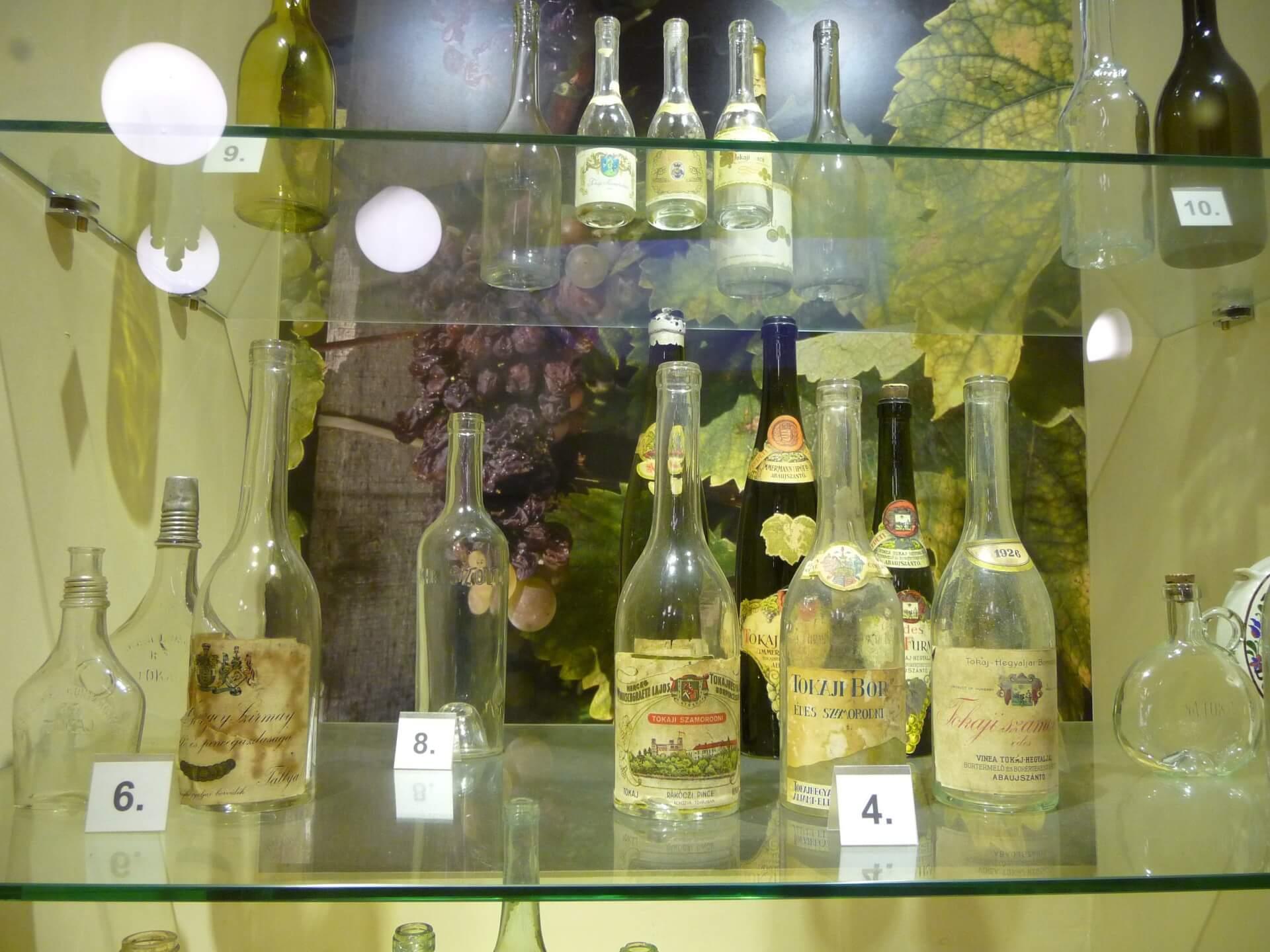 Historische Tokajer-Flaschen, Markthalle Budapest