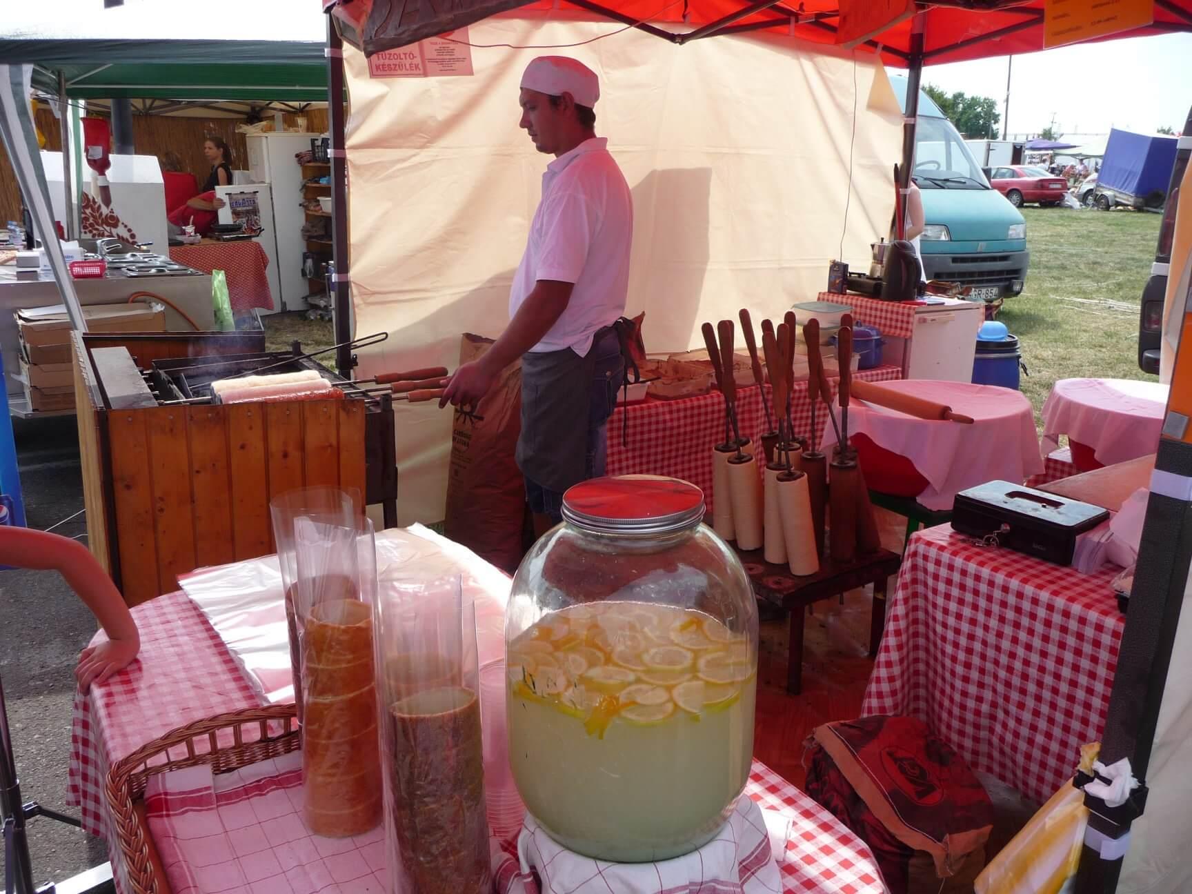 Limonádé und Kürtöskalács auf dem Brückenmarkt Hortobágy