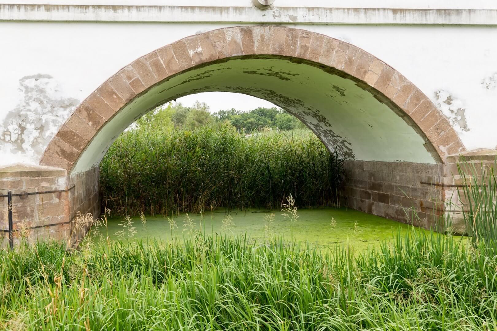 Ein Bogen der Neunlochbrücke in Hortobágy