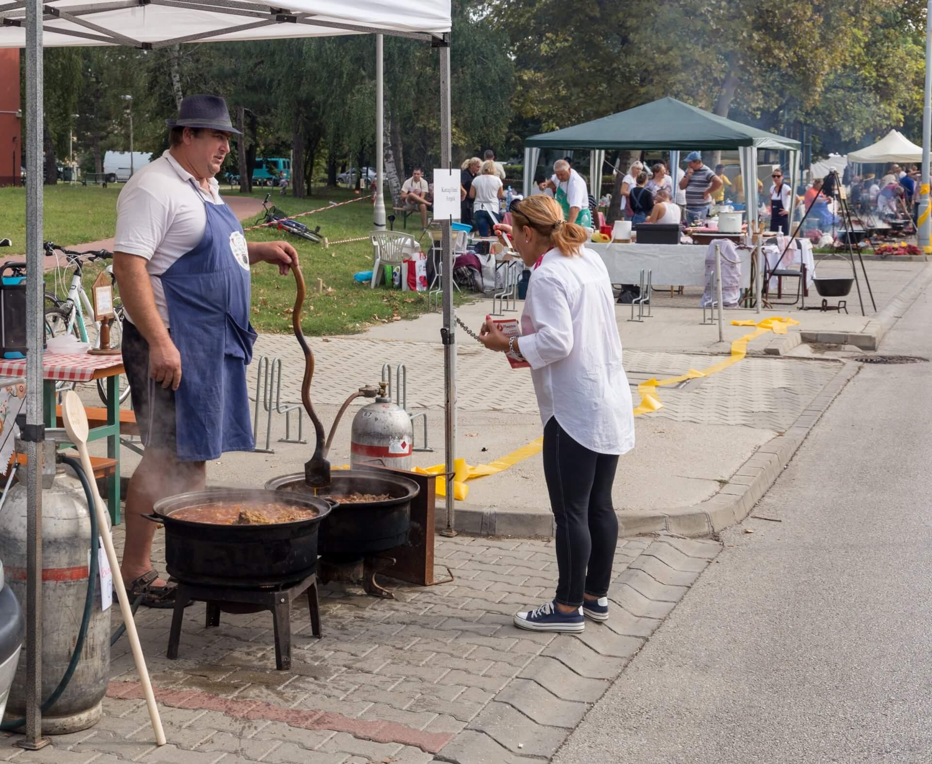 Verkosten auf dem Gulaschfest Szolnok