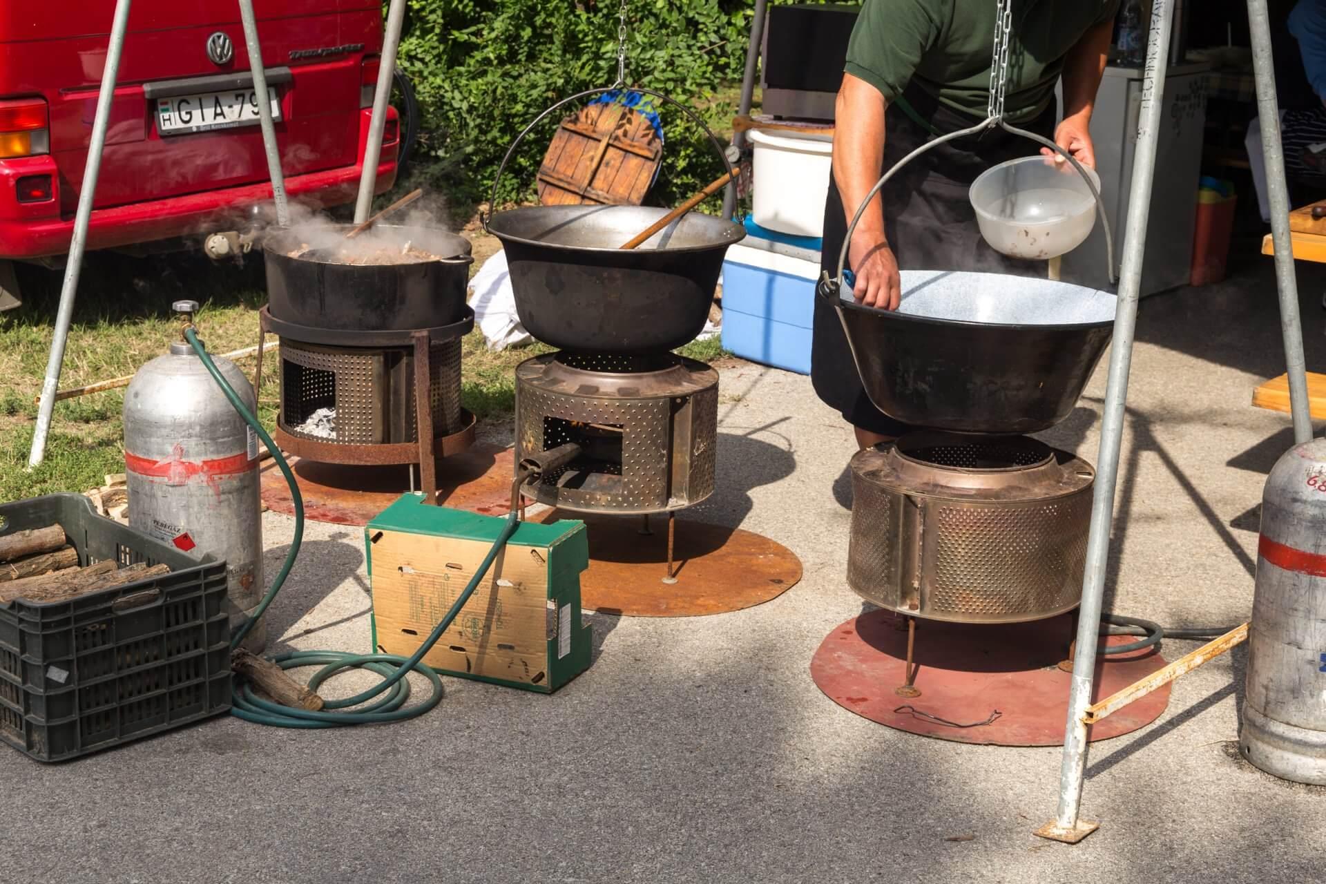 Kreative Feuerstätten für den Gulaschkessel