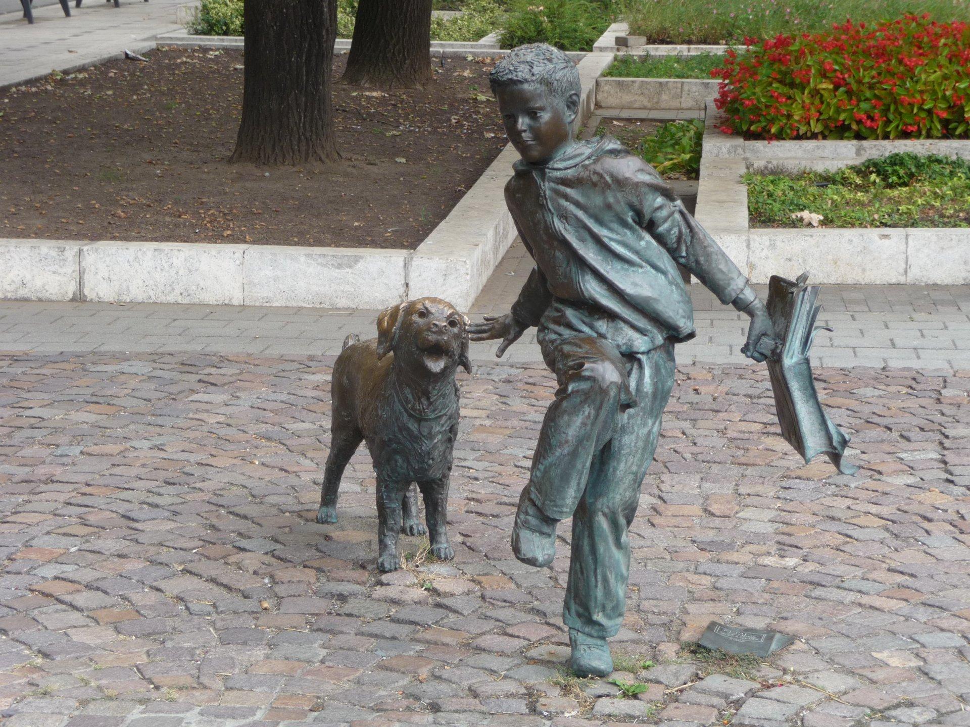 Szolnok, Skulptur Junge mit Hund