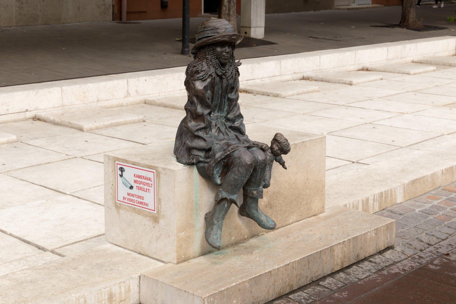 Szolnok, Skulptur wartendes Mädchen