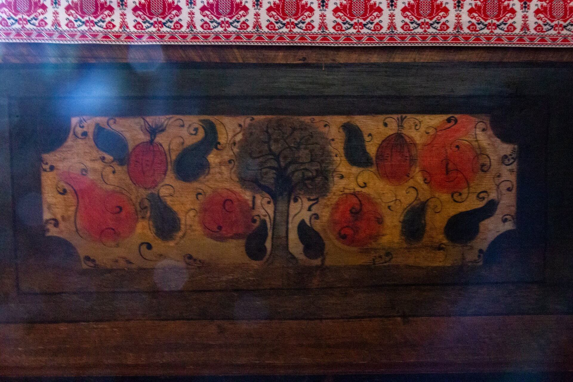 Bemalte Holztruhe in der Kirche Tákos