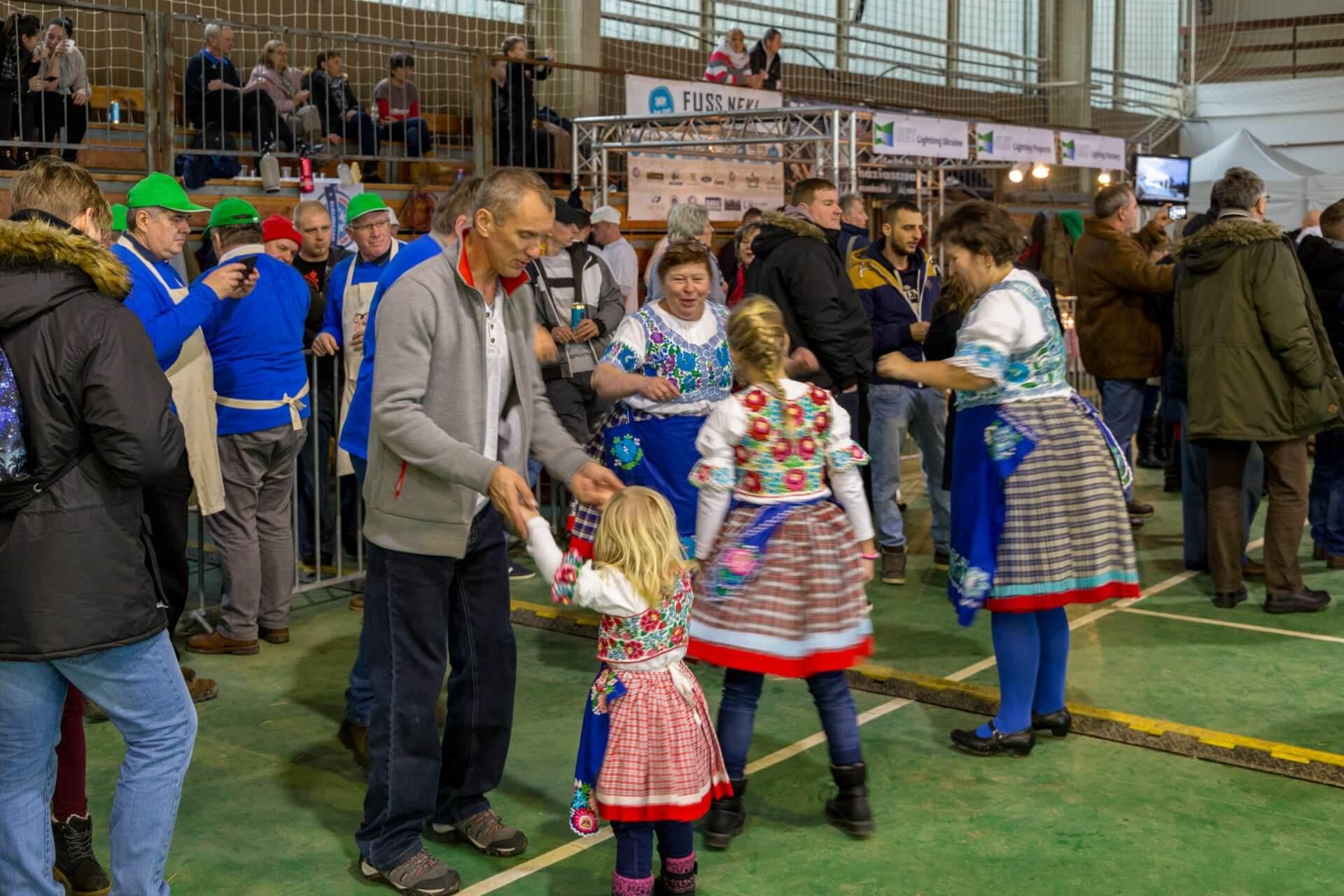 Familientanz für alle bei Wurstfest in Fonyód