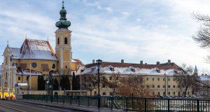 Hotel Klastrum in Győr mit Karmeliter-Kirche