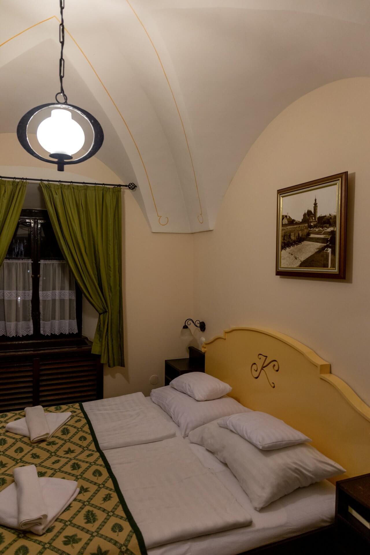 Kompakte Zimmer mit Gewölbedecke im Klastrum Győr