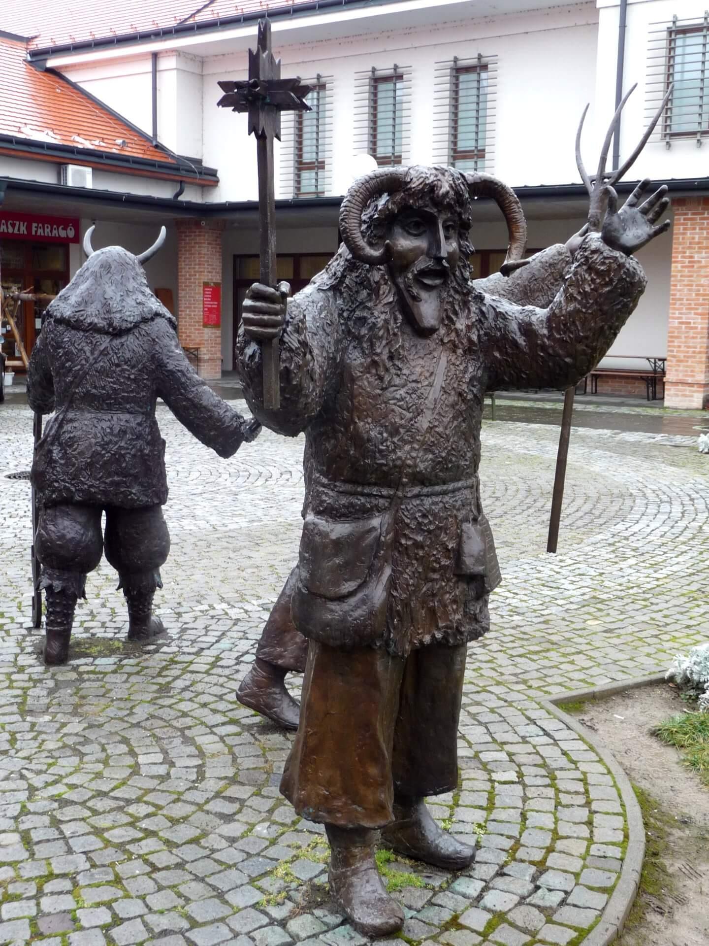 Busó-Statue vor dem Museum in Mohács